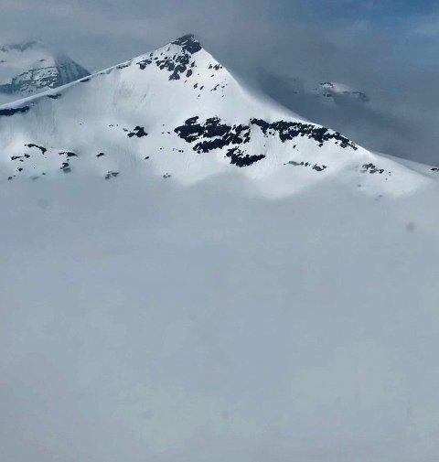 MYE SNØ: Blåbærfjellet mandag denne uka. Terrenget synlig fra litt under bruddkanten og opp mot toppen av fjellet. Foto: Politiet.