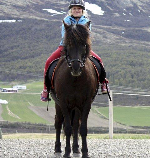 POSERER: Dina Hjerkind på Angi