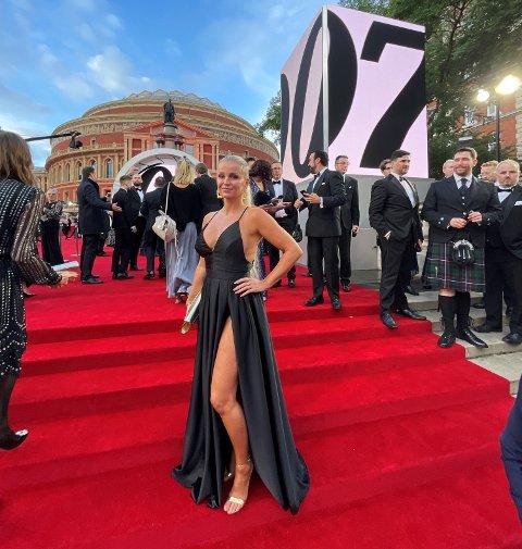 GALLAPREMIERE: Hege Kolkinn på plass i London på premieren til James Bond-filmen, «No time to die».