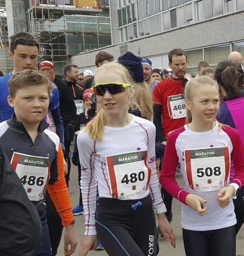 KLARE: Adrian Aulie, Eline Ekroll og Johanne Berven Agard. gutt i blått bak er Martin Winther.