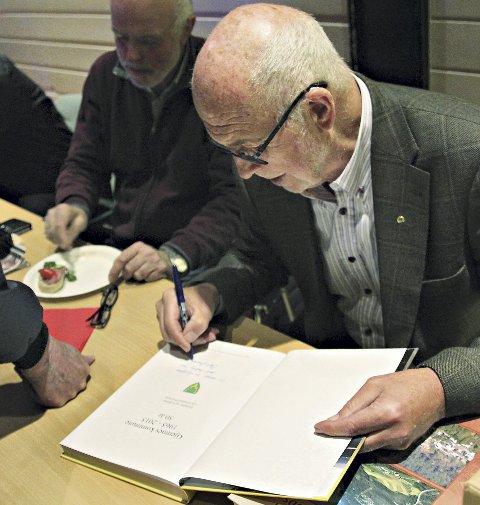Ole Eimund Øverland fikk det travelt med å skrive autografer.