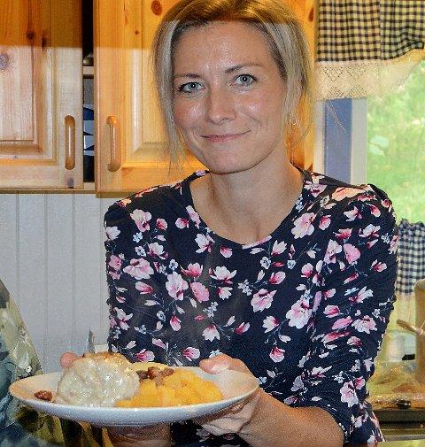 Gunnhild Vetleseter Bøe frå historielaget lovar ekte sildballmiddag.