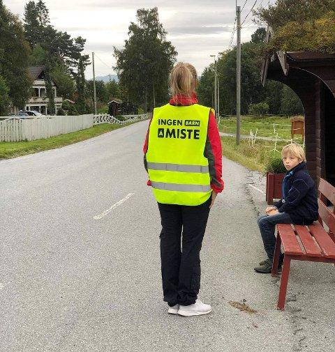 Leder Mariann Flatø Dragseth (med ryggen til) og Halvard Flatø Dragseth under en av aksjonene for trygg skolevei.