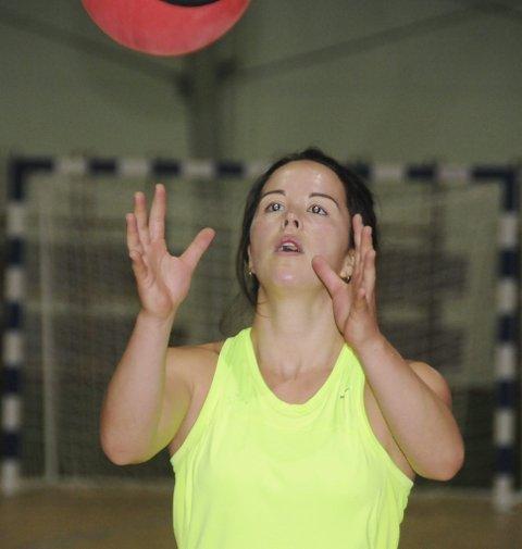 Styrke: Her er Katrine Celius godt i gang med styrketrening, og her brukes det medisinball.