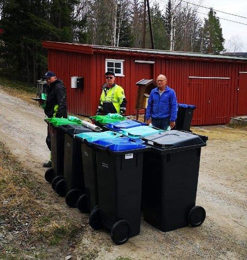 NY RENOVASJONSORDNING: Knut Lund på Koppang (t.h) fikk de første dunkene av Preben Negård og Tore Gorostuen mandag.