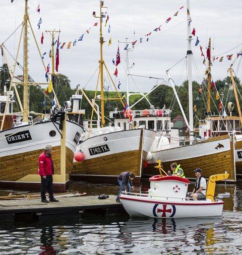 ELIAS: Innimellom flotte treskøyter fekk borna prøva ein tur i «Eliasbåten» i regi av Redningsselskapet.