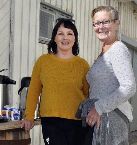 GOD MAT: Barbro Grip (t.v.) og Ebba Svendsen var to av kokkene som sørget for ferskfisk og kaker til kaffen.