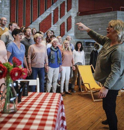 Øvelse: Kongsberg blandakor øver til vårforestillingen. Dirigent Signe Lise Holm.
