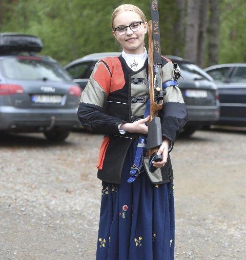 I BUNAD: Fiskumjenta Sara Kristine Havik Johnsen skjøt finalen i Viken 1-mesterskapet i bunad.