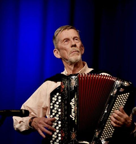 I en alder av 76 år turnerer han fortsatt på institusjoner, holder konserter og spiller til dans.