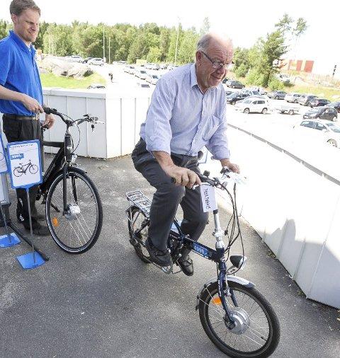 EL: Stein Gudheim var fornøyd med den sammenleggbare sykkelen han fikk prøve hos Thomas Borgenholt på Biltema.