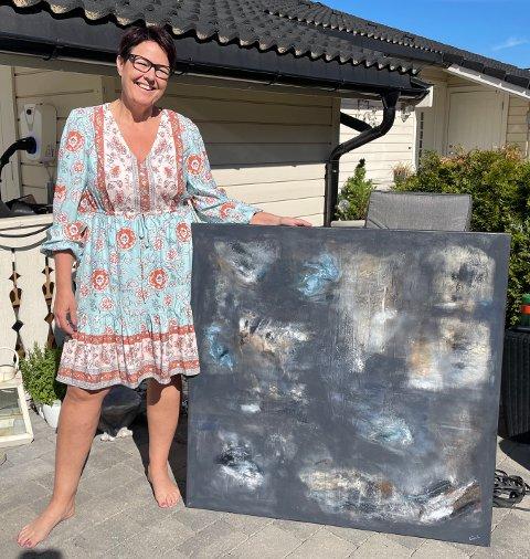 ABSTRAKTE MALERIER: Nina Kristoffersen med bildet som skal til utstilling på Fossekleiva.