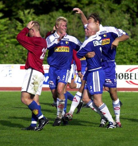 2001: Thomas Eftedal er fremme hos målscorer Martin Bratvold under en kamp mot Kjelsås. SF vant 2-0.