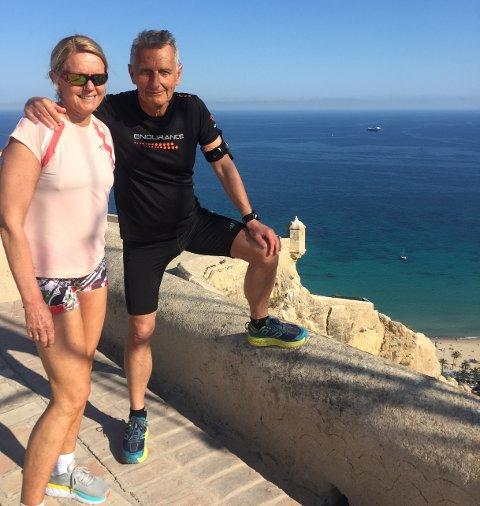 KANSELLERT: Rita Anfinsen og Øystein Nilsen skulle vært i Alicante i påsken for å feire hennes 60-årsdag. Sånn ble det ikke. Her er ekteparet på en tidligere tur.
