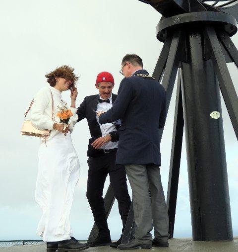 Brudgommen har tatt et spenntak i globusen, mens han holder fast bruden under vielsen. - Dette blir vi aldri å glemme, sier Julia og Anthony.