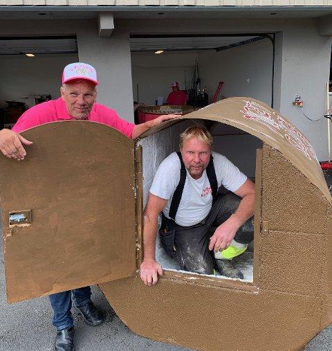 Murer Jan Erik Bråthen skal seile ut i Mjøsa inne i en ølflaske, en ekte murær. Her sammen med manager Bjørn Sundet.