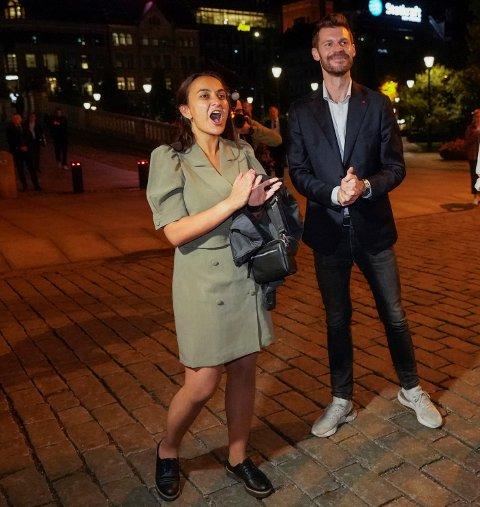 Seher Aydar jublet sammen med Rødt-leder Bjørnar Moxnes utover i de små timer da valgresultatene ble kjent natt til tirsdag. Nå venter en plass på Stortinget for den utflyttede Fredrikstad-jenta.