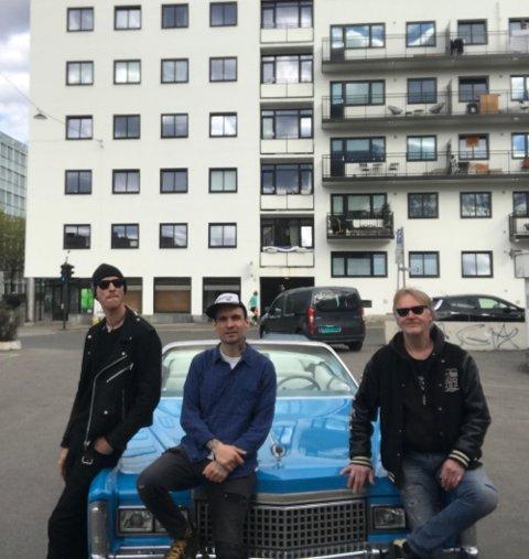 STJERNEMØTE: Åsmund Lande og Knut Oskar Nymo i Oslo Ess møtte Trond Furuberg fra Kongsvinger på filminnspilling forrige helg. Bak står Cadillac Eldorado fra 1975. Trond Furubergs grombil som ble filmstjerne for en dag med bileierens favorittband.