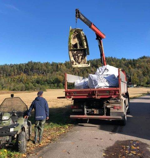 VEKK MED DET: Et båtvrak var blant det som ble fjernet under ryddeaksjonen i Mulvika.