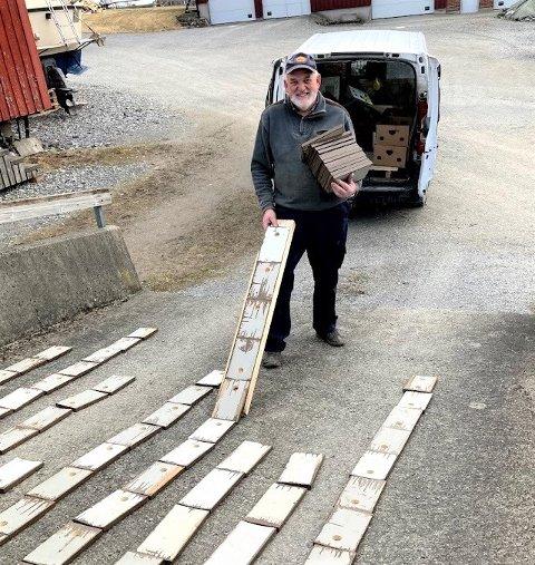 """Klargjøring: Ved å benytte seg av en """"sklie"""" slipper Morten Bull å bøye seg ned 700 ganger for å legge alle delene i en rekke. Her legges delene på sklia, så rygges det bakover og delene legges i rekker. Dette gjør det enkelt å male med rull på kosteskaft."""