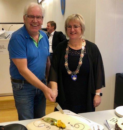 GODT: Børre Pettersen (Ap) og ordfører Eva Norèn Eriksen (H) forsyner seg av kake i historisk møte.