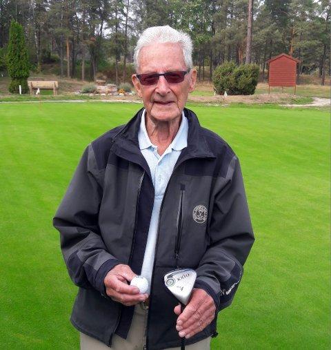 Hole in one: Erland Rishovd satte sin førte hole in 91-år gammel på Borregaard Golfklubb.