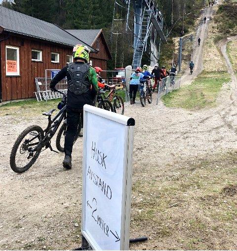 FART OG SPENNING: Mange syklister møtte i helgen opp for å oppleve fart og spenning på to hjul i Kjerringåsen alpinsenter.