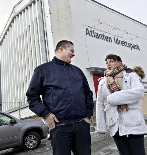 Er nedslitt: Idrettshallen i Kristiansund ble åpnet i 1969. Nå håper enhetsleder Per Inge Storvik og rådgiver for fysisk aktivitet og friluftsliv Britt Engvig Hjelle det er mulig å bygge ny hall i Folkeparken.
