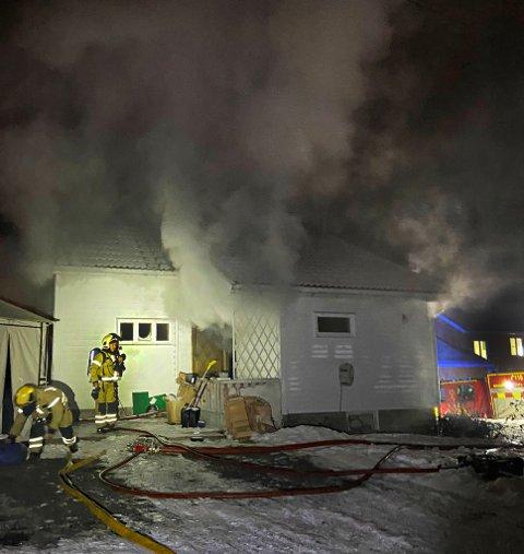 SLUKKET: Brannen ble slukket litt før klokken 20.30. Brannvesenet melder at ingen ble skadet.