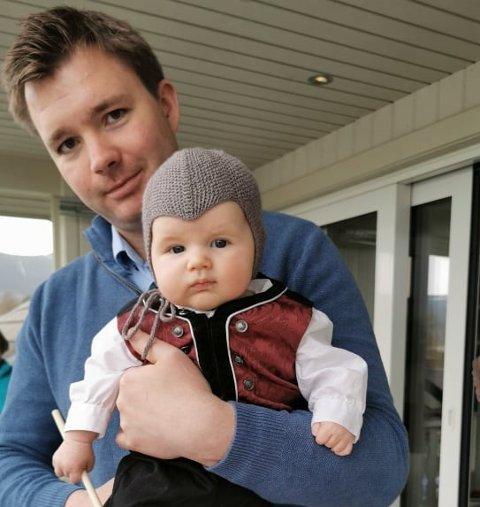 FLYTTA HEIM: Ådne Døvre fra Skrautvål, her med sønnen Nils (5 mnd), flytta heim til Valdres etter 6 år utenfor dalen. Han har kommet for å bli.