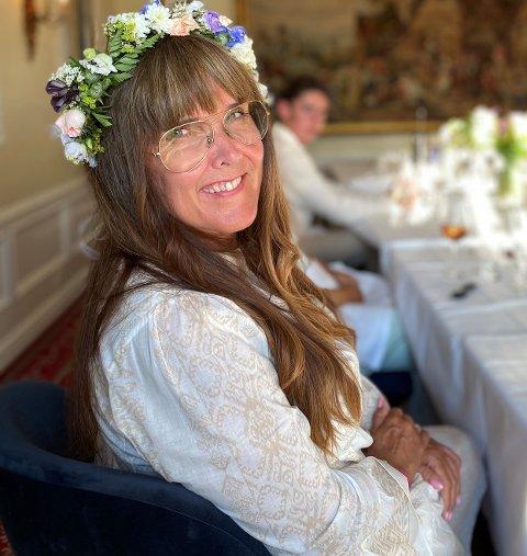 LYKKELIG SOMMER. Jula 2019 ble vemodig for Kathrine Harstad. I mellomtiden har hun giftet seg, her fra kohortbryllup på Refsnes Gods.