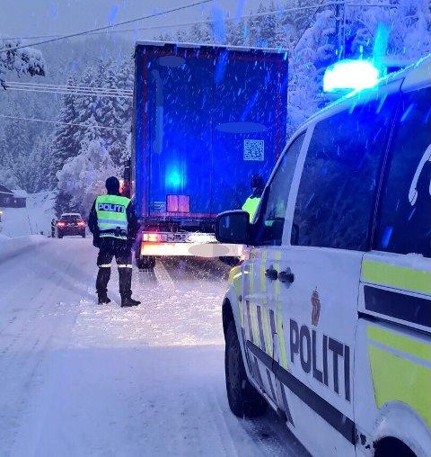 Flere trailere sliter på vinterføre i Telemark – her fra E134 i Åmot.