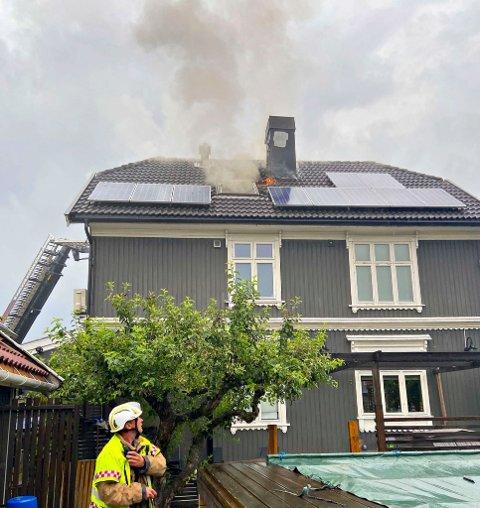 Det brenner i en bolig i Larvikgata i Tønsberg.