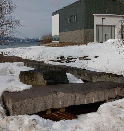 """Flyttes: Bård Breiviks skulptur """"Uten tittel"""" i Taraldsvik er fjernet fra sin vante plass."""