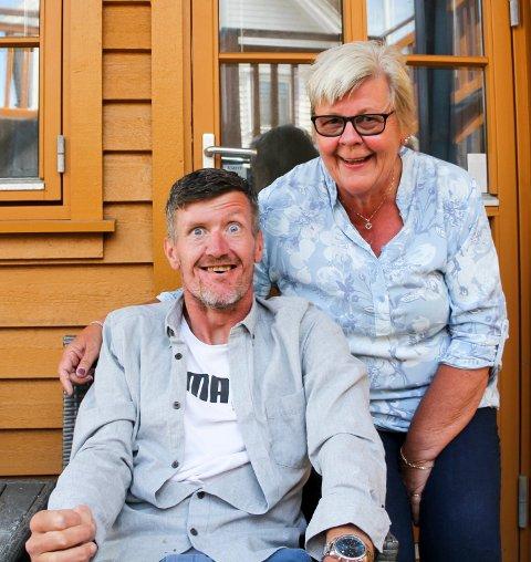HAR FÅTT TILBAKE GLIMTET I ØYET: Mamma Margot har merket enorm framgang hos sønnen Morten Merkesvik etter at han fikk brukerstyrt personlig assistanse (BPA) for snaue to måneder siden. – Rett og slett full klaff. Morten har fått et helt annet liv, sier hun.