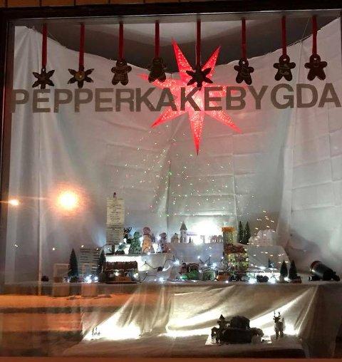 VINDU: Pepperkakebygda lyser opp i den gamle butikken på Vestresand
