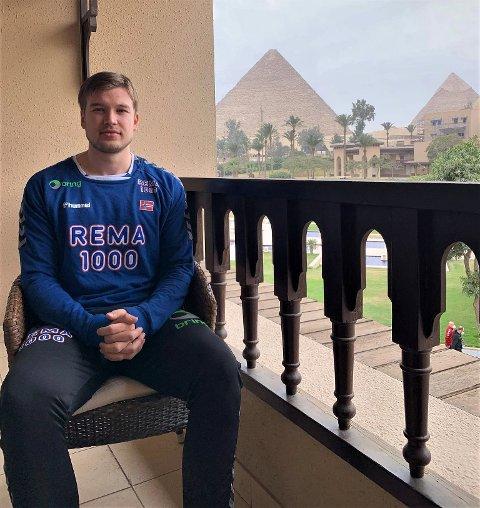 PÅ BALKONGEN: Thomas Solstad på balkongen utenfor hotellrommet med Giza-pyramidene i bakgrunnen. Torsdag braker det løs med VM-kamper i Egypt.