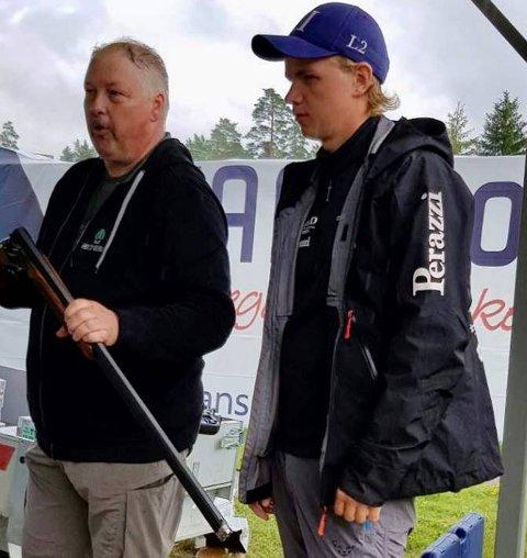 PREMIEUTDELING: Christian Rød Karlsen (t.h.) sammen med Bjørn Erik Jensen fra Schou sport i Oslo som overrekker førstepremien, et Beretta konkurransevåpen til nærmere 30,000 kr.