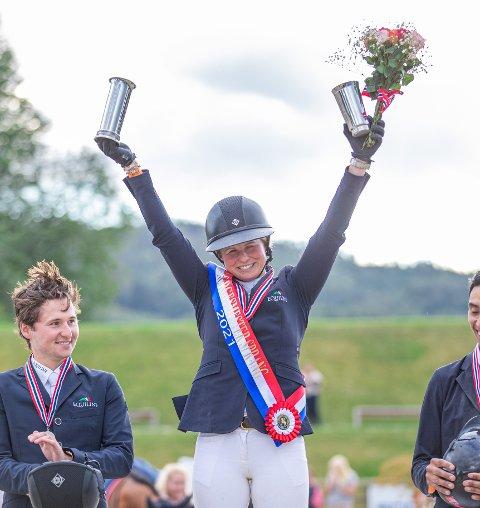 IMPONERENE: Therese Søhol Henriksen kunne heve pokalen over hodet og feire nok et NM-gull søndag.