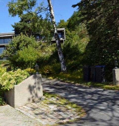 TOMTA: Her i Sandarveien 8D og E er det planer om bygging av tre boenheter i et funkisbygg på tre etasjer.