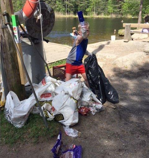 BADE-OGSØPPELPLASS:Idyllen ved Mortetjern på Holum skog ble i pinsehelga forkludret av store mengder søppel.