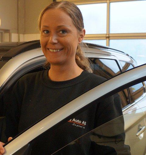 HEIDI BILKLARGJØRER: Heidi Håvelsrud er glad i fysisk arbeid og trives utmerket med å klargjøre, polere og shine nye og brukte biler.