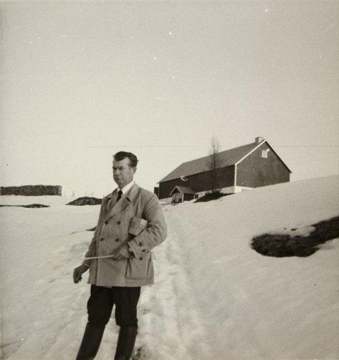 DISTRIKTSVETERINÆREN: Bjørnar Bergeton Loe (1919-2004) foreviget 17. mai 1968, på Almåsen i Vefsn. - Slipset var i anledning nasjonaldagen, og hørte ikke til det normale arbeidsantrekket, kommenterer Bjørn Loe - som har skrevet bok om sin far. I høyre hånd skimtes en sigarillo, som var distriktsveterinærens varemerke. Det var mye gåing for å komme seg rundt til gårdene i Vefsn. Både Aufles, Lindset og Almåsen ble nådd til fots.