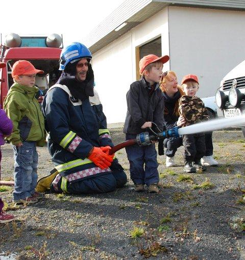Åpen dag: Dette bildet er fra et tidligere Åpen dag arrangement på brannstasjonen på Leknes. Arkivfoto