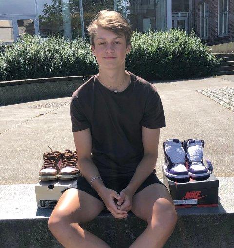 SKODILLA: Vebjørn sitter utenfor Kirkeparken videregående skole der han går idrettslinjen. På fritiden kjøper og selger han spesielle joggesko.