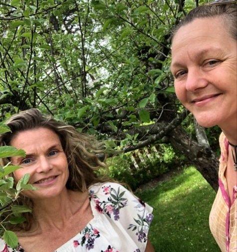 SKRIVEKURS: Skribent og journalist Marte Østmoe sammen med kollega Kirsten Muhle arrangerer to skrivekurs i Nevlunghavn i sommer.