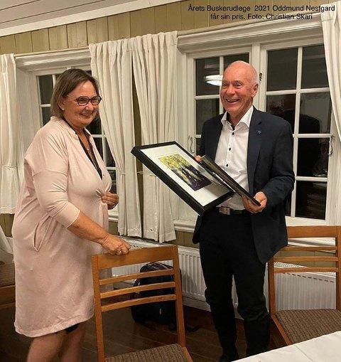 HEDER: Oddmund Nestegard mottar prisen fra leder i Buskerud legeforening, Mette Lerfaldet.