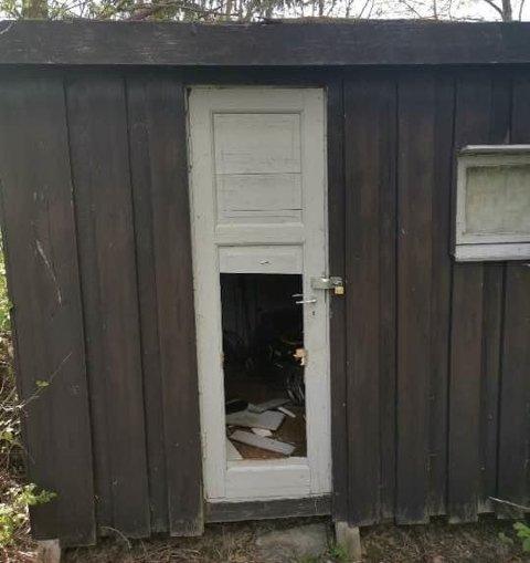 Ødelagt: Døra på uthuset var sparket eller slått i stykker.