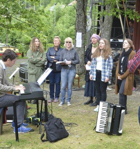 SANGØVELSE: Skuespillerne sang og sang i slusene søndag.