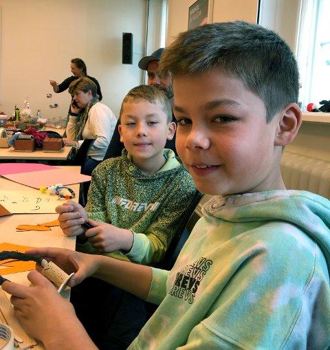 HADDE DET MORO: Ask (8) hadde torsdag fått med seg storebror Heine (10, nærmest) på figurverkstedet på Haugar.